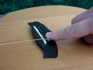 String change steel string – keep pin in place