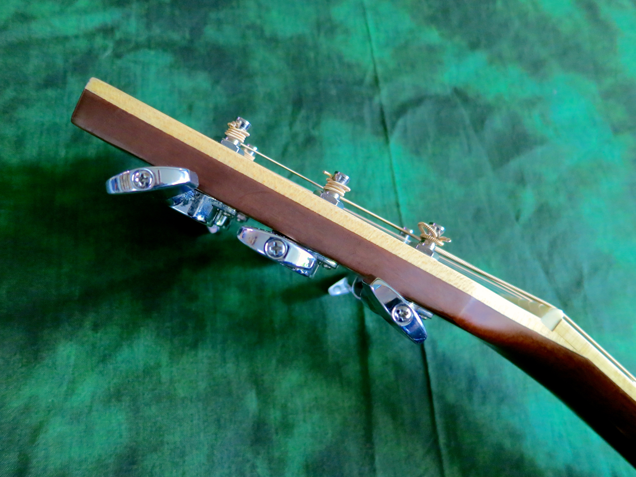 Changing strings on a steel-string guitar | Kitarablogi.com ...