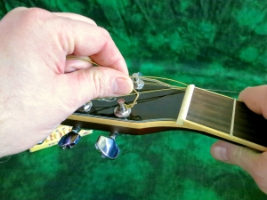 String change steel string – take string off machine head