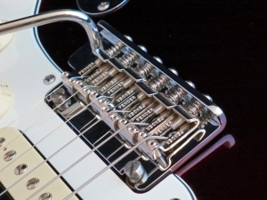 Fender Am Std Stratocaster HSS Shawbucker – vibrato bridge