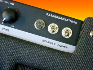 fender-bassbreaker-18_30-top-logo