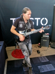 Samuli Federley at Taisto Guitars (FIN)
